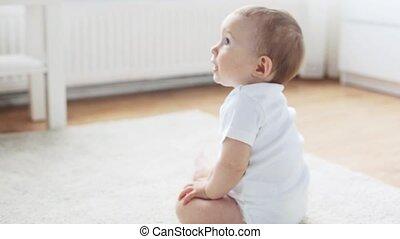 vivant, peu, salle, bébé ramper, 9, maison, heureux