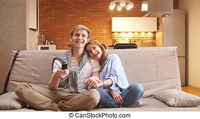 vivant, regardant télé, couple, reposer ensemble, divan, room., maison, heureux
