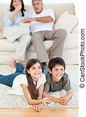 vivant, regardant télé, salle famille