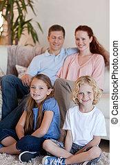 vivendo, feliz, sala, família, sentando