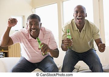 vivendo, garrafas, sala, homens, dois, alegrando, cerveja, sorrindo