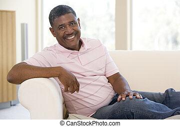 vivendo, homem sorridente, sala, sentando