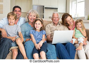 vivendo, laptop, alegre, quarto familiar