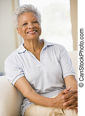 vivendo, mulher sorridente, sala, sentando