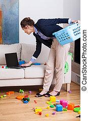 vivendo, mulher, trabalhando, dela, laptop, cima, limpeza, durante, sala