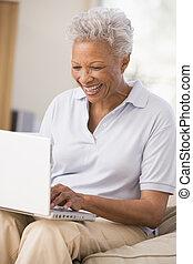 vivente, laptop, donna, stanza, sorridente