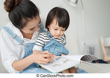 vivente, poco, figlia, stanza, vietnamita, insieme, mattina, libro, madre, casa, lettura ragazza