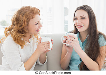 vivente, tazze caffè, stanza, giovane, due, conversazione, femmina, casa, godere, amici, felice