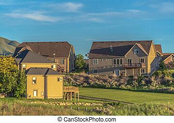 vizinhança, cercado, sunlit, casas, coberto, chão, capim, storey, multi