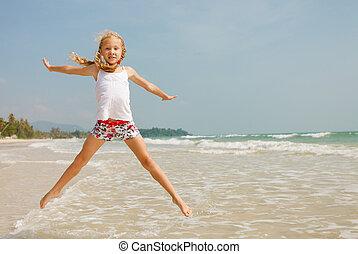 vliegen, sprong, strand, meisje, op, blauwe , zee oever, in, de zomervakantie