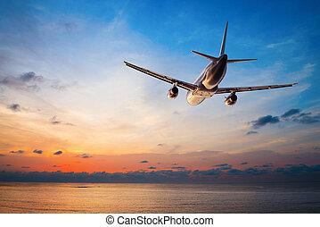 vliegtuig, vliegen, op, ondergaande zon