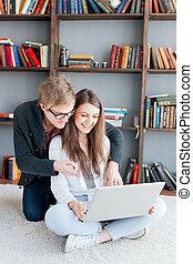 vloer, paar, zitten samen, gebruik, thuis, draagbare computer, vrolijke