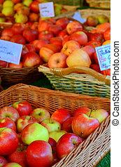 voedingsmiddelen, en, detailhandel, beeld, van, manden, van, appeltjes , in, een, markt
