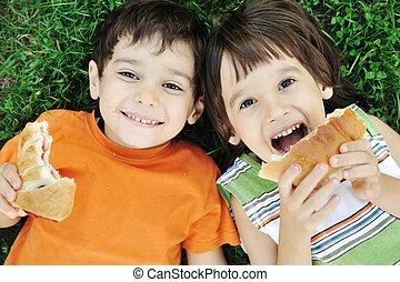 voedingsmiddelen, gelukkig, grond, jongens, schattig, eten, twee, gezonde , het leggen, natuur