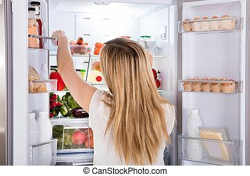voedingsmiddelen, het kijken, vrouw, koelkast