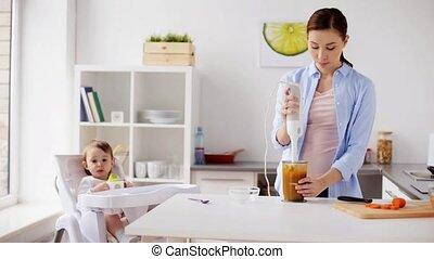 voedingsmiddelen, het koken, moeder, baby, thuis, mixer