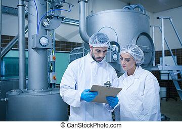 voedingsmiddelen, technici, aan het werk aaneen