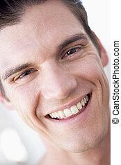 voer schot aan, glimlachende mens
