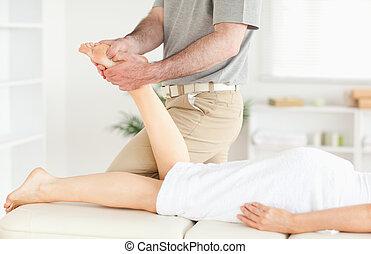 voet, masseur, masserende handen, van een vrouw