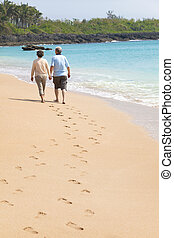 voetafdruk, wandelende, strand, senior, vrolijke