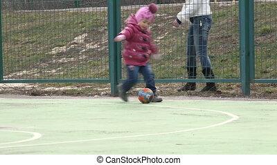 voetbal, moeder, playground., meisje, sportende, spelend
