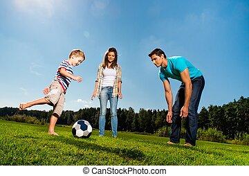 voetbal, spelend, vrolijke , jonge familie, buitenshuis