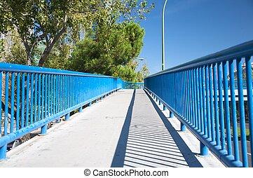 voetbrug, met, blauwe , hek