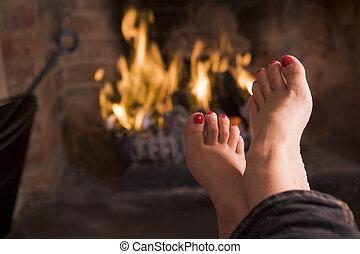 voetjes, het verwarmen, op, een, openhaard