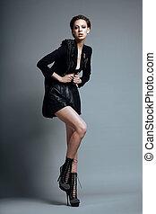 voga, style., elegante, donna, modella, in, trendy, vestiti neri, e, boots., personalità