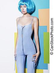 vogue., bien proporcionado, mujer joven, en, azul, overol, y, creativo, peluca, posar