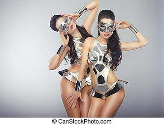 vogue., gens, cosmique, costumes, cyber, étincelant, faire gestes