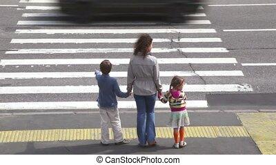 voiture, après, croix, piéton, mère, croisement, enfants, a conduit, route