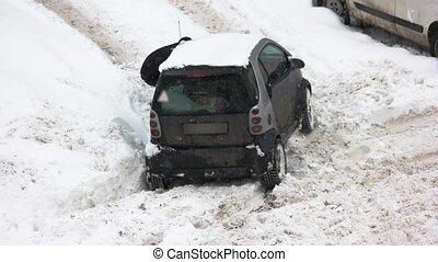 voiture, chauffeur, snow., collé, creuser, dehors
