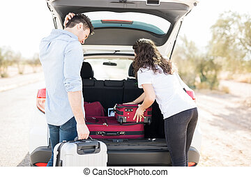 voiture, couple, chargement, valises
