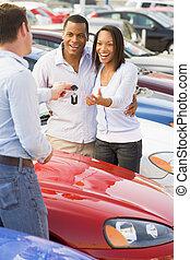 voiture, couple, haut, nouveau, cueillette, vendeur