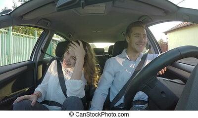 voiture, couple, jeune, ensemble, rire, amusement, heureux