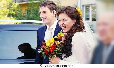 voiture, couple, mariés, slowmotion., rire, mariage, heureux, jour, 1920x1080, stand