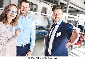 voiture, couple, salle exposition, sommet, achat, vue