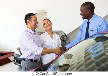 voiture, couple, vendeur, poignée main, africaine