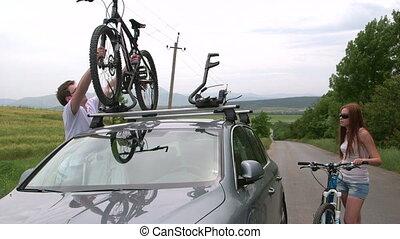 voiture, deux, cyclistes, vélos, toit, voyager