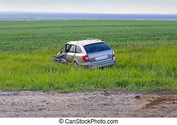 voiture, endommagé, accident, après, champ