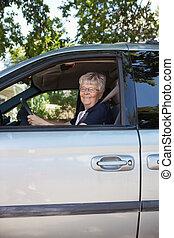 voiture, femme aînée, joli, conduite