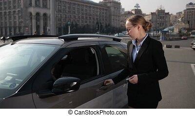 voiture, femme affaires, confiant, elle, obtenir