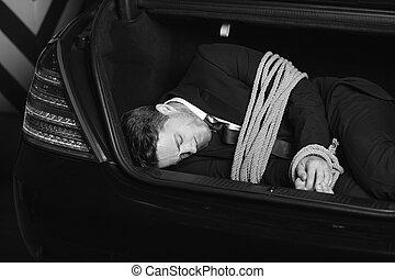 voiture, image, hommes, jeune, attaché, noir, coffre, businessman., blanc, kidnappé, mensonge