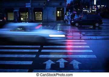 voiture, motion., brouillé, croisement, passage clouté, nuit