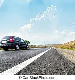 voiture, sur, route, dans mouvement, bleu, ciel, à, nuages, sur, il