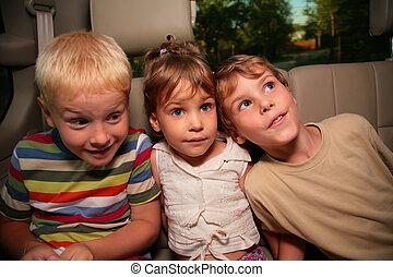 voiture, trois enfants