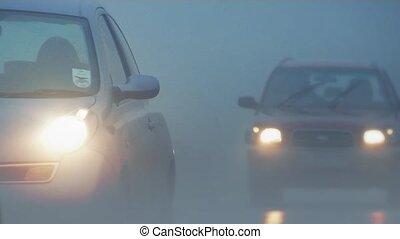 voitures, dépassement, dans, épais, brouillard