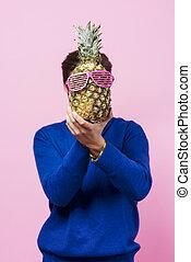 voják, sevření ananas, před, jeho, čelit