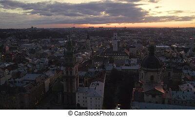 vol, au-dessus, vieux, lviv, city., nighte., ukraine, toits...